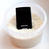 положить телефон в рис, рис впитывает влагу